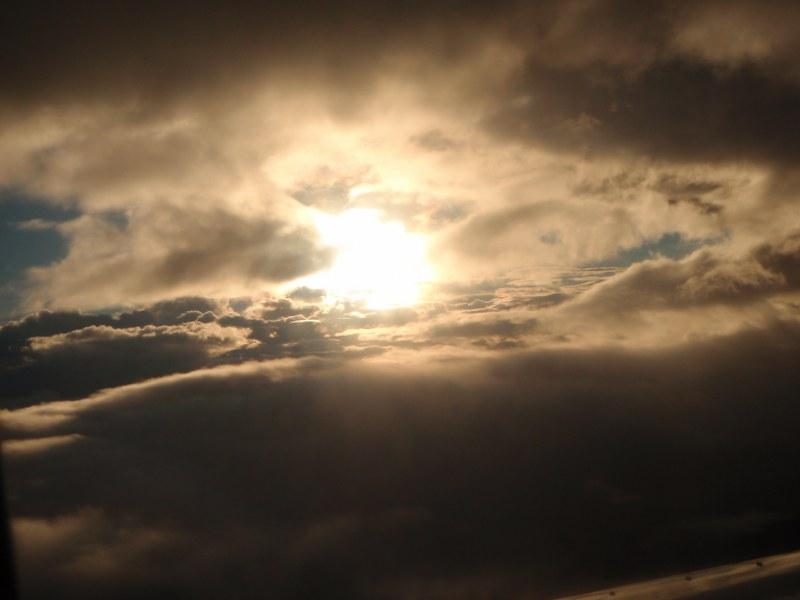 Le soleil à travers les nuages